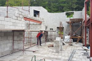 The central supporting wall will be shaped to follow the slope of the roof. It incorporates a steel lintel to support the blocks above the opening where the hall and stairs will be